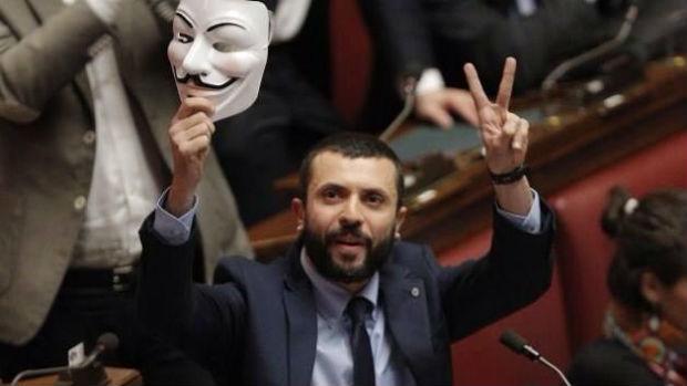 il-parlamentare-Giuseppe-DAmbrosio-con-la-maschera-di-Guy-Fawkes